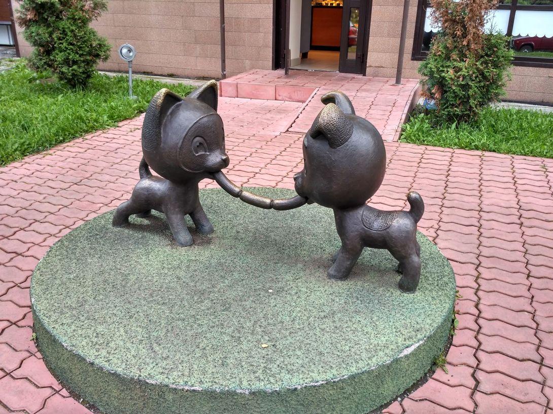 Скульптура «Сосиска дружбы» (Новокузнецк)