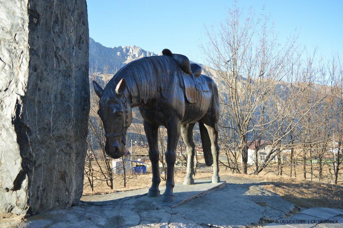 Памятник воинам-куртатинцам (Северная Осетия)