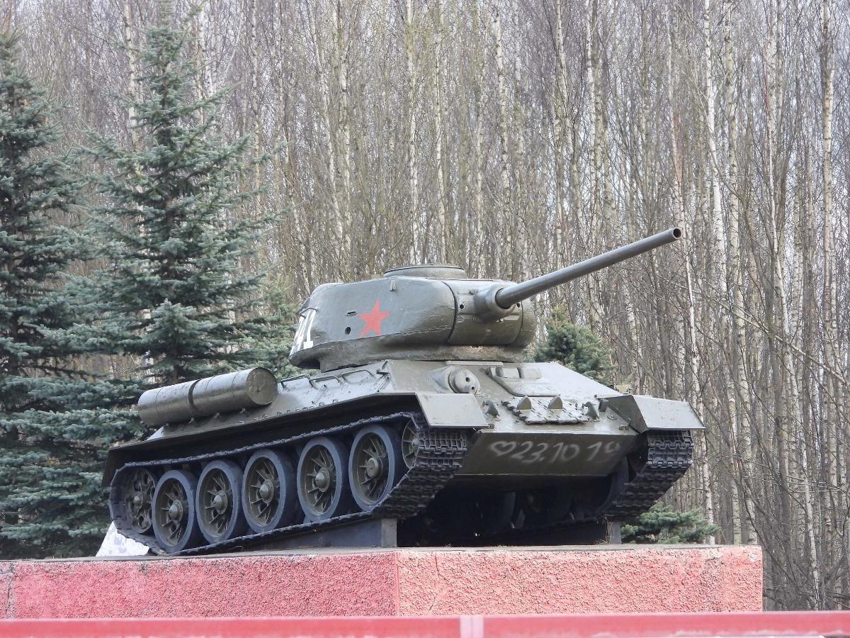 Памятник танк Т-34−85 в Андрейково (Вязьма)