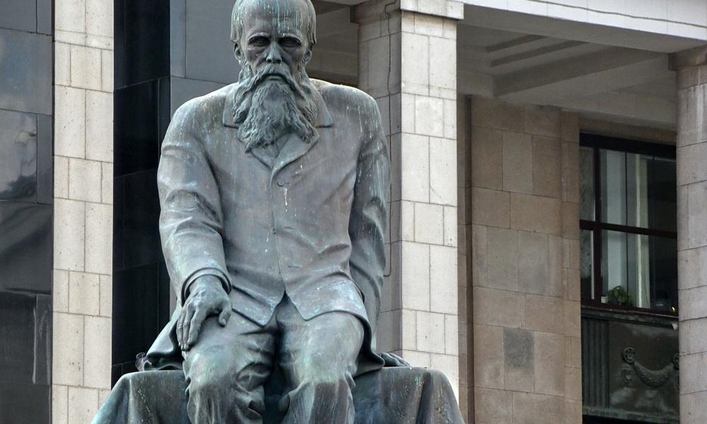 Памятник Достоевскому возле РГБ (Москва)