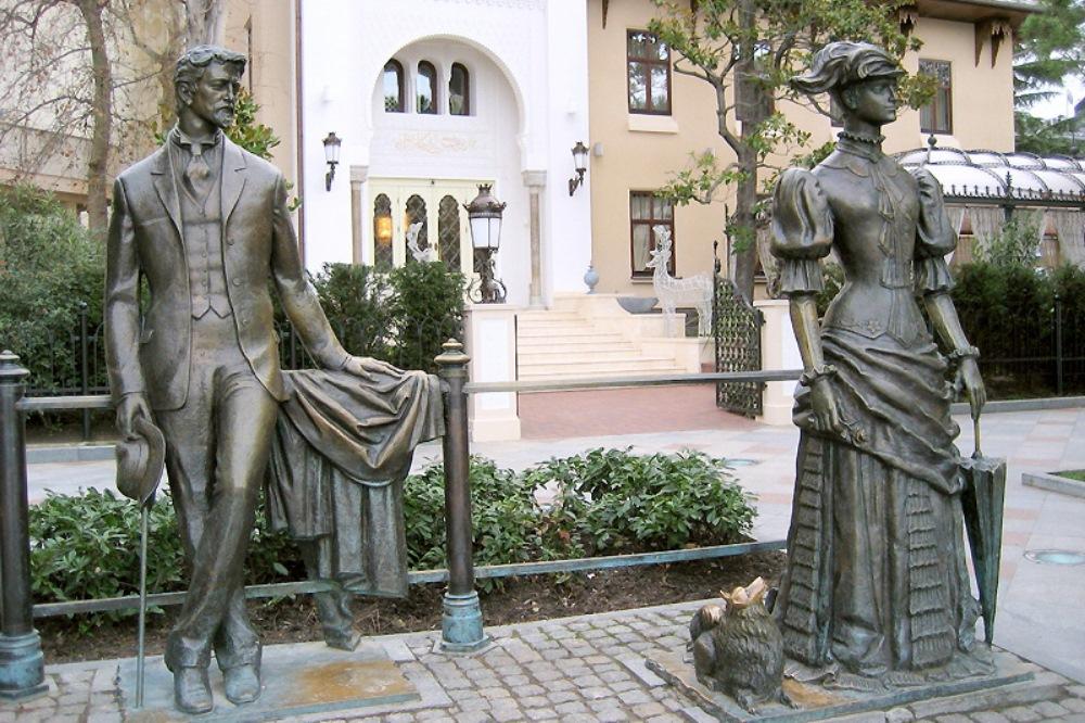 Скульптурная композиция «Антон Чехов и дама с собачкой» (Ялта)