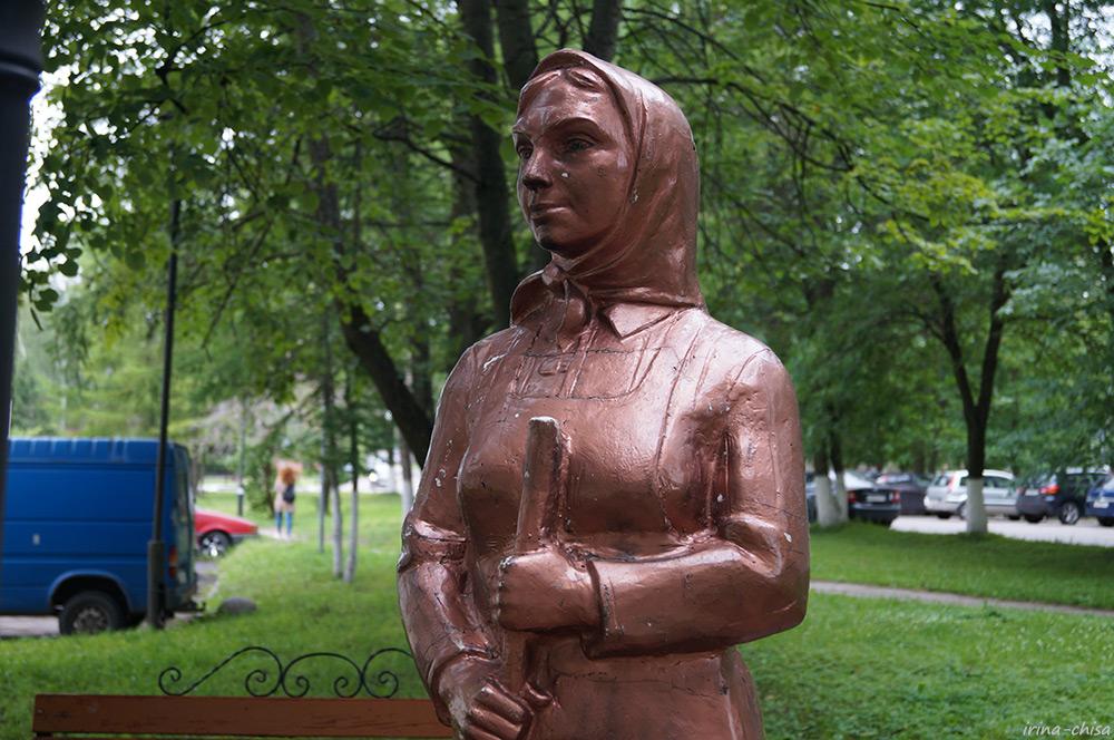Памятник дворнику (Кировск)