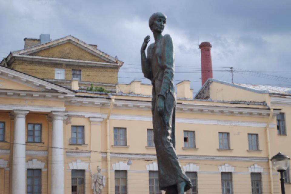 Памятник Анне Ахматовой напротив «Крестов» (Санкт-Петербург)