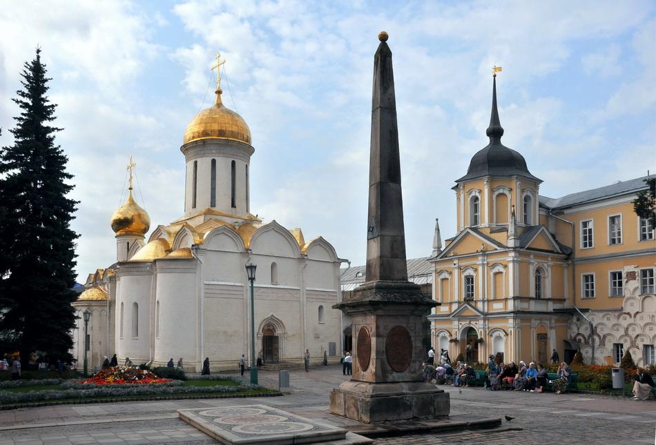 Каменный обелиск с солнечными часами (Сергиев Посад)