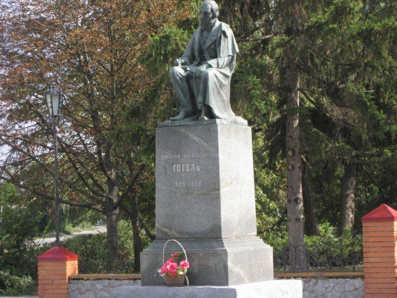 Памятник Н. Гоголю в Великих Сорочинцах (Миргород)
