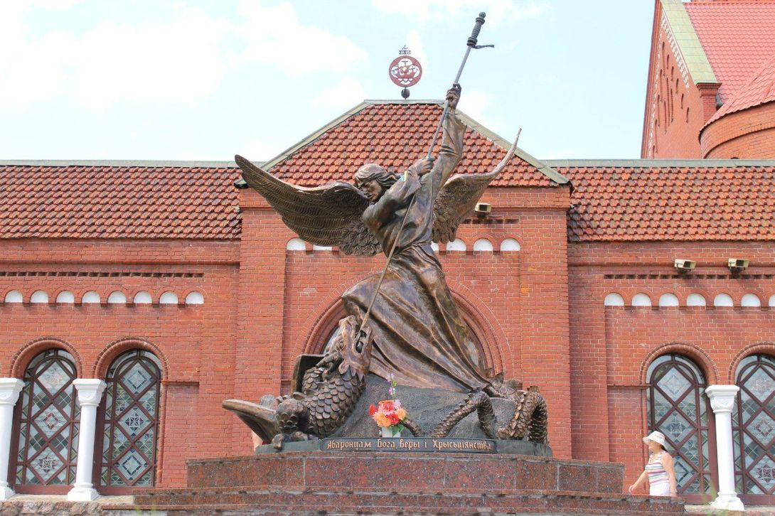 Скульптура Архангела Михаила (Минск)