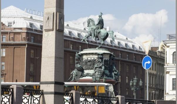 Водомерный столб-футшток на Исаакиевской площади (Санкт-Петербург)