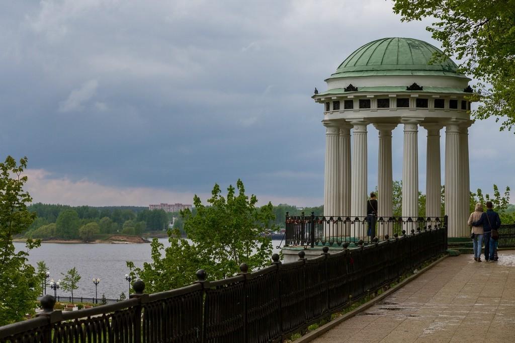 Беседка-ротонда на набережной Волги (Ярославль)