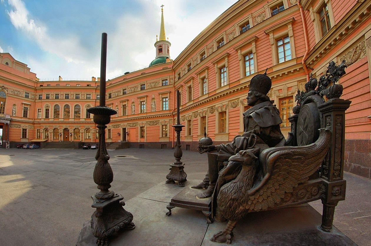 Памятник Павлу I у Михайловского замка (Санкт-Петербург)