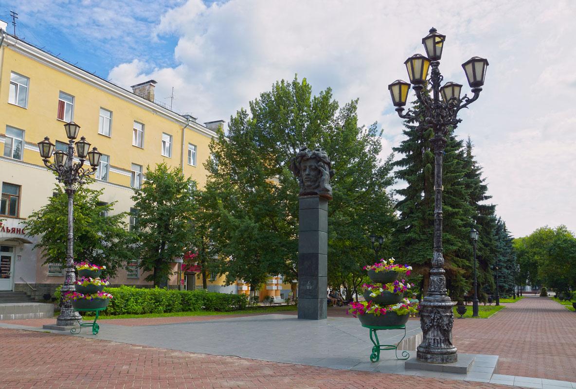 Памятник А. С. Пушкину на Театральной площади (Тверь)