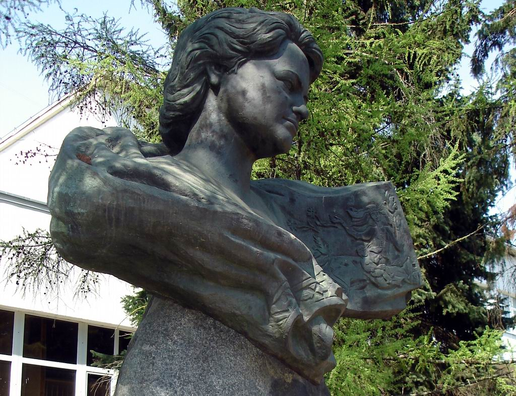 Памятник поэтессе Евдокии Лось (Витебск)