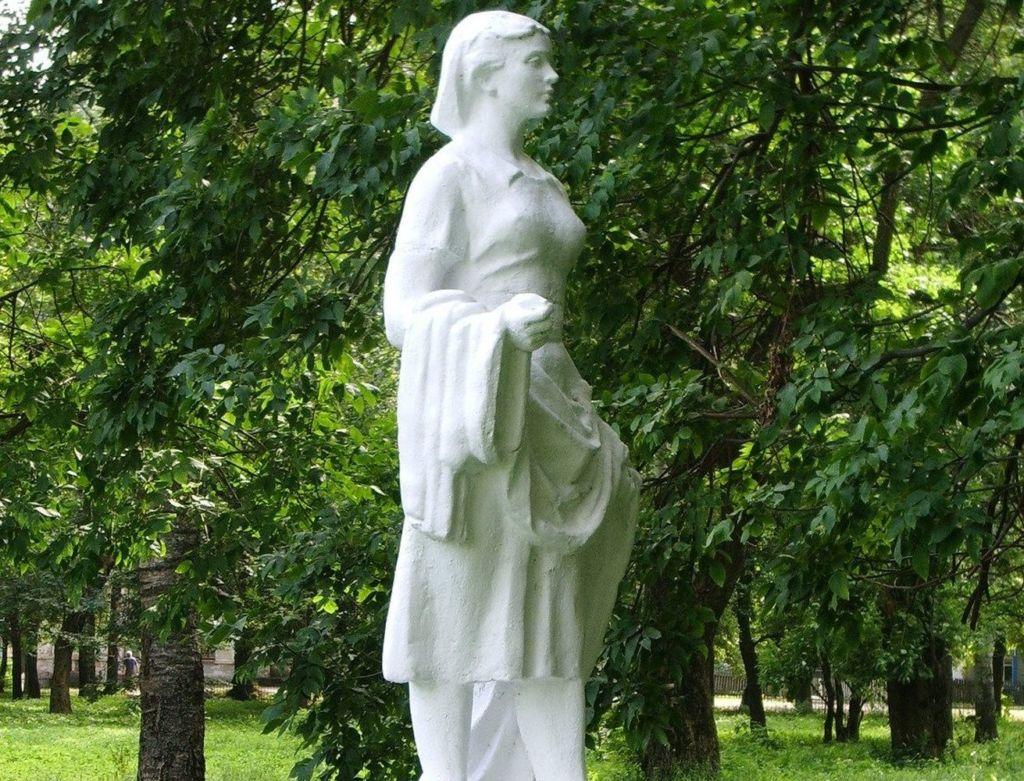 Скульптура «Девушка с шарфом» (Тутаев)