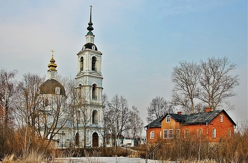 Введенская церковь в Заречье с многоярусной колокольней (Дмитров)