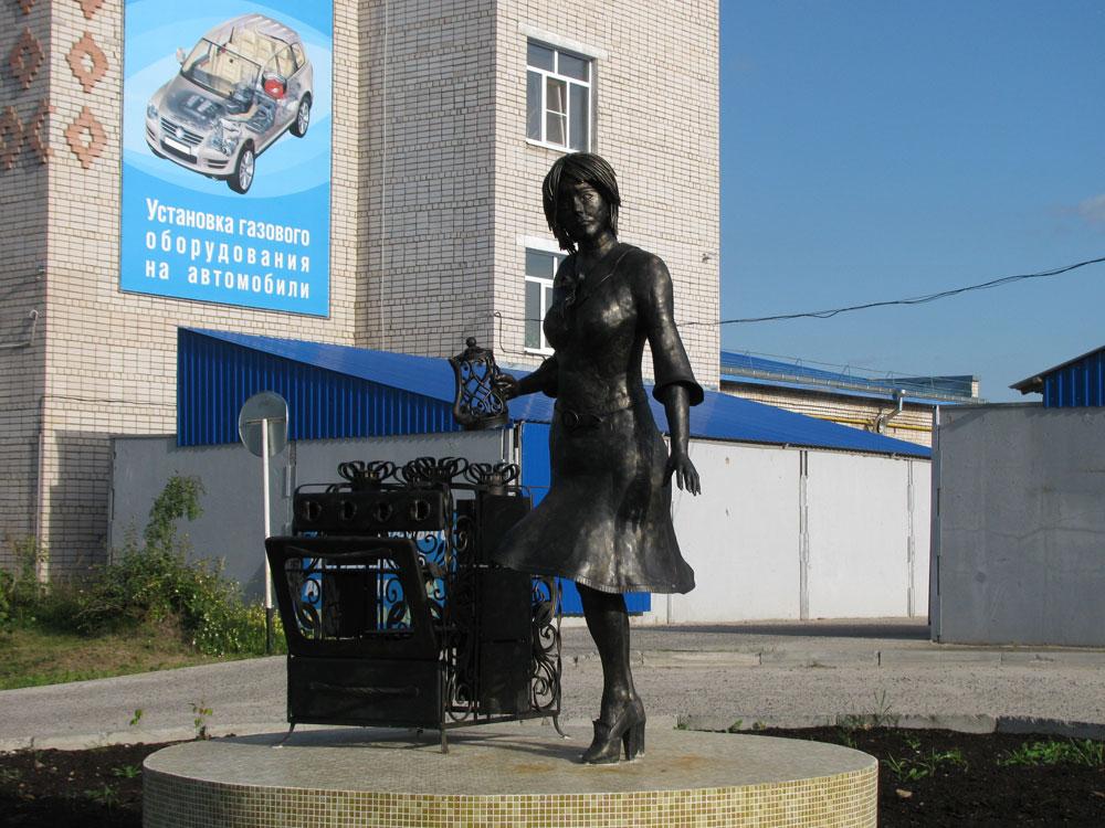 Скульптура домохозяйки (Котлас)