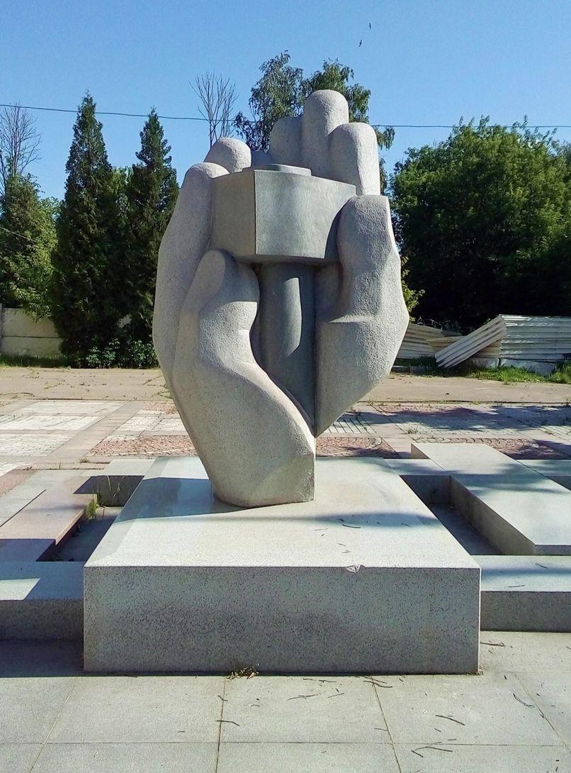 Памятник «Руки мастера» (Долгопрудный)