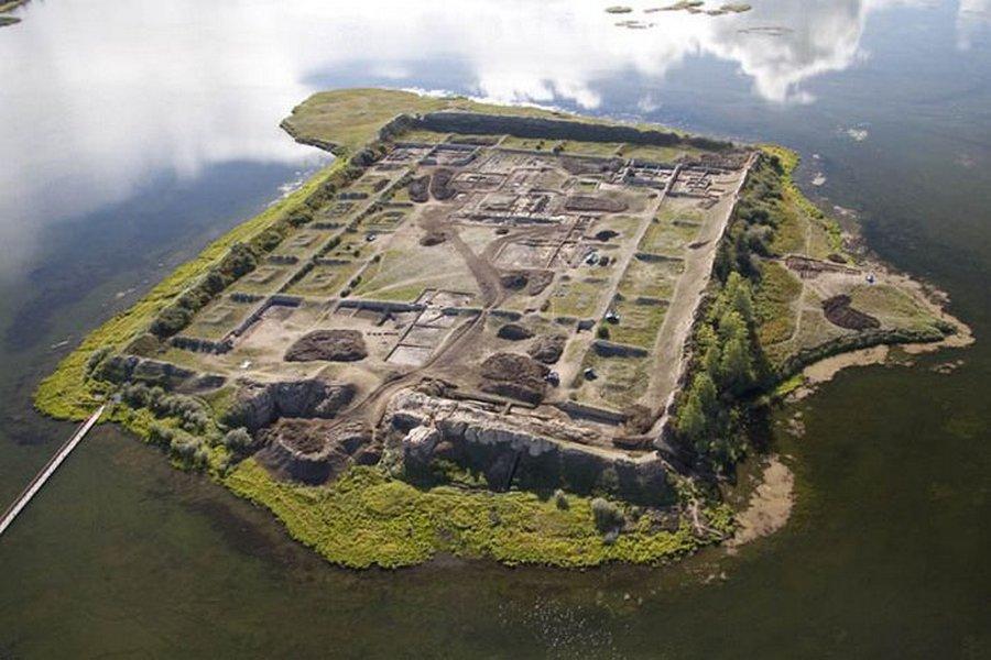 Крепость Пор-Бажын на озере Тере-Холь (Тыва (Тува))